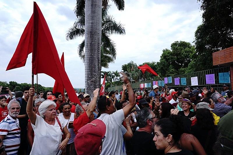 Cerca de 300 apoiadores do presiden Nicolás Maduro permaneceram durante todo o dia em frente à embaixada protestando contra a invasão