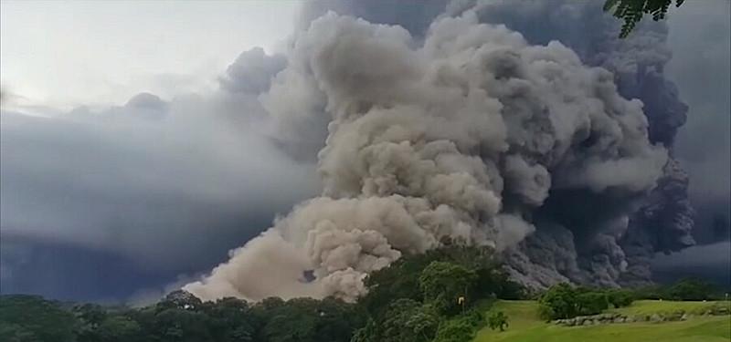 A erupção liberou cinzas que atingiram 10 mil metros de altura e cobriram os municípios de San Pedro Yepocapa e Sangre de Cristo