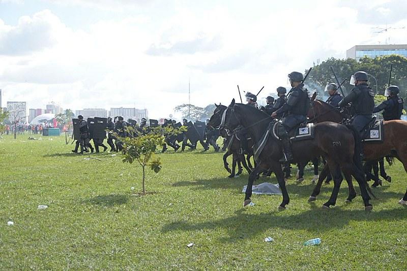 Cavalaria também foi usada contra os manifestantes nesta quarta-feira (24)