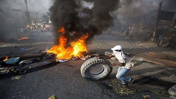 Porto Príncipe, capital do Haiti, vivenciou uma série de protestos devido ao aumento no preço dos combustíveis exigido pelo FMI