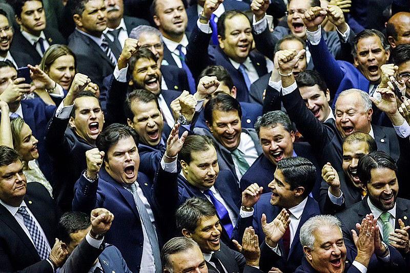 Rodrigo Maia e apoiadores durante publicação do resultado da eleição para presidente da Câmara
