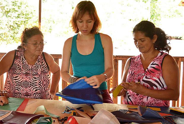 A pesquisadora Flávia Amadeu (centro) realiza oficina com artesãs no Acre.