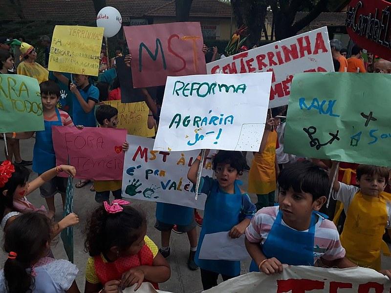 Cortejo dos Sem Terrinha cruza a Feira Nacional da Reforma Agrária no sábado (5) à tarde