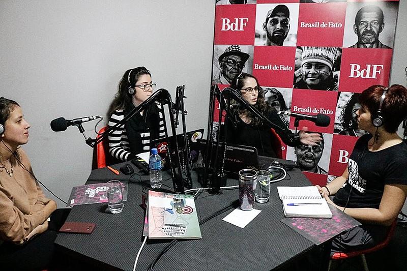 As apresentadoras Ane e Mayara receberam a advogada Camila Marques e a militante Nataly Santiago