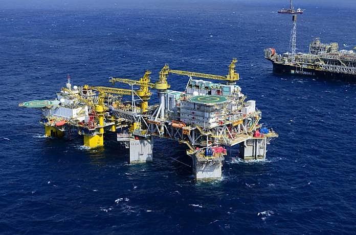Os casos registrados na P-50 ocorrem no momento em que a gestão da Petrobras vem convocando os sindicatos para discutir o aumento da população embarcada nas plataformas