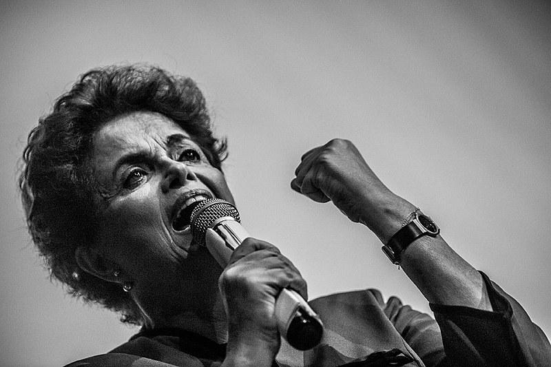 Lutas e poemas e resistências não perdem o movimento