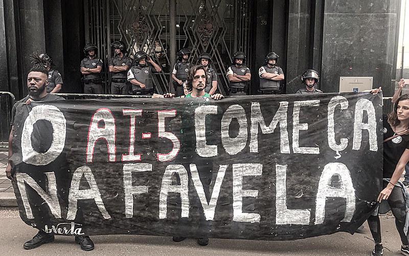 """""""Preto, pobre, jovem e baile na favela: tava querendo morrer mesmo!"""", diz o cidadão de bem."""