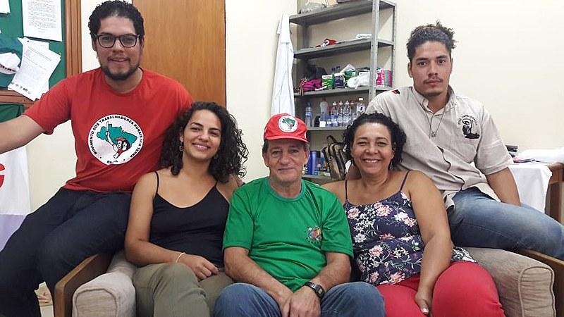 No domingo, os grevistas receberam visitas de familiares na comemoração de dia dos pais