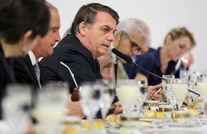 Jair Bolsonaro toma café da manhã com jornalistas estrangeiros e diz que ninguém passa fome no Brasil