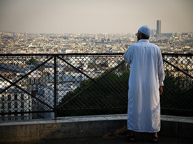 Homem muçulmano em Montmartre, Paris; 'Desde 2013, a atmosfera piorou enormemente aqui, é um inferno mesmo', diz Hicheur