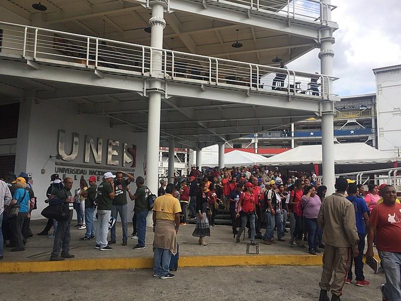 Entrada da UNES, onde cerca de 2500 pessoas se reúnem para debater propostas dos movimentos sociais para a Revolução Bolivariana