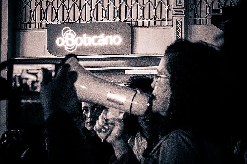 Em solidariedade à enfermeira, cerca de 50 mulheres se reuniram em frente à loja do Boticário, no centro de Curitiba.