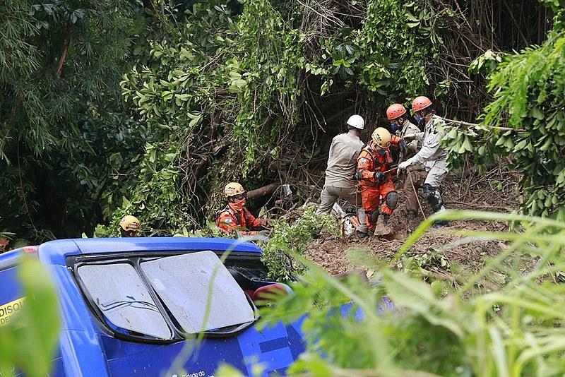 Bombeiros ainda estão em São Conrado, na zona sul, onde um ônibus foi atingido por uma árvore após quebra de barreira na avenidaNiemeyer