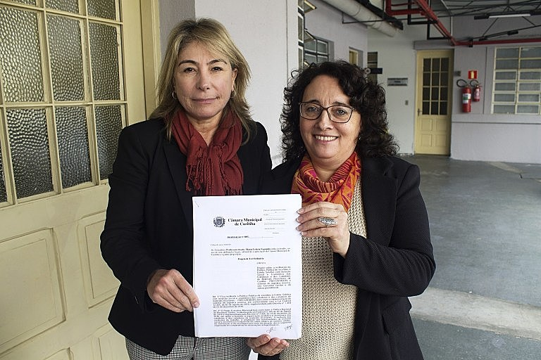 Maria Leticia e Professora Josete protocolaram projeto nesta terça-feira na Câmara de Curitiba.