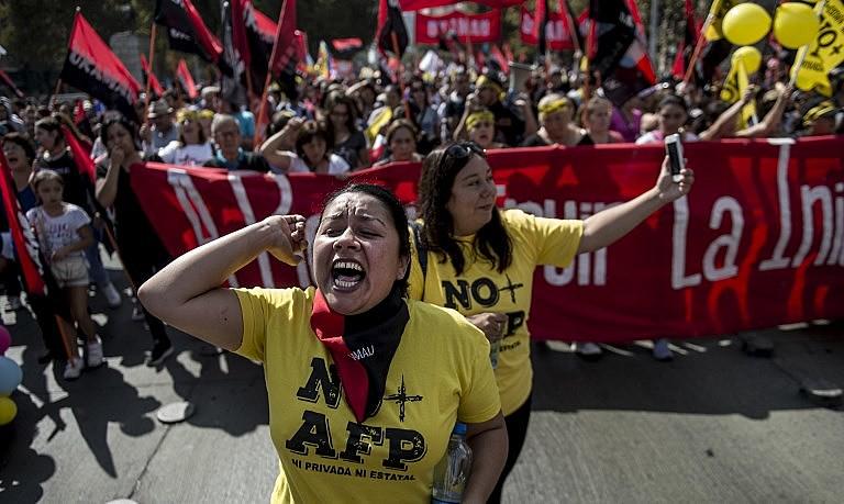 Desde 2015, chilenos tomam as ruas contra modelo privado de aposentadoria; na foto, manifestação em Santiago em março de 2017