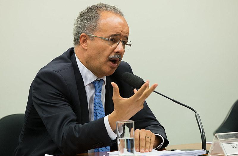 Vicente Candido lendo seu relatório da reforma política