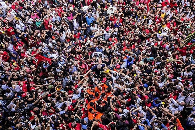 Lula é carregado pelo povo em São Bernardo, no dia em que se apresentou à Polícia Federal para ser preso