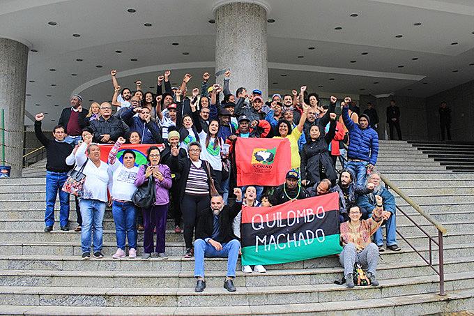 Quilombolas e apoiadores comemoram decisão em frente ao TRF4