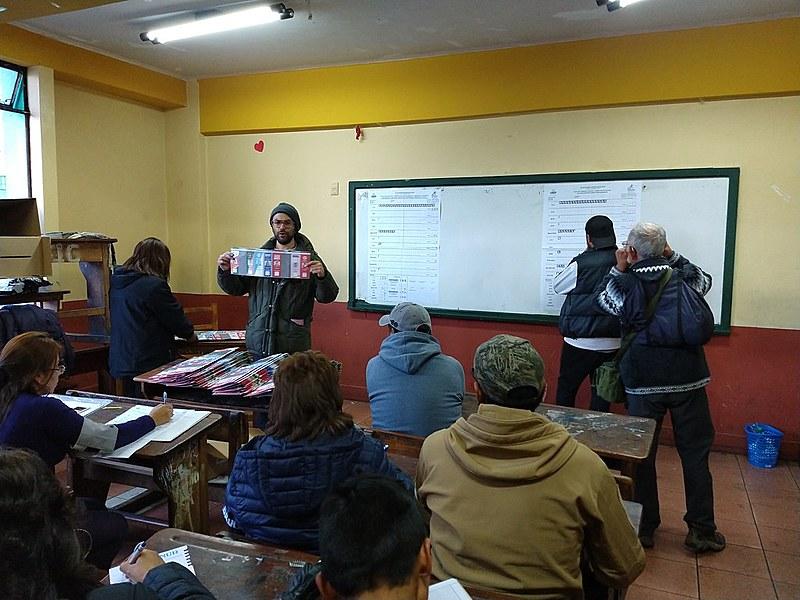 Cidadãos acompanham a contagem dos votos no Liceo Señoritas de La Paz, na capital boliviana