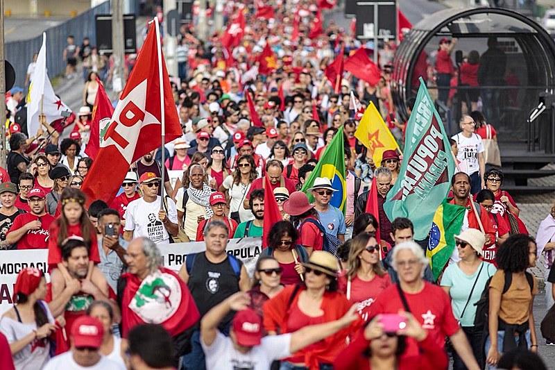 Marcha rumo à Superintendência da Polícia Federal marcou início da programação do 1º de Maio em Curitiba (PR)