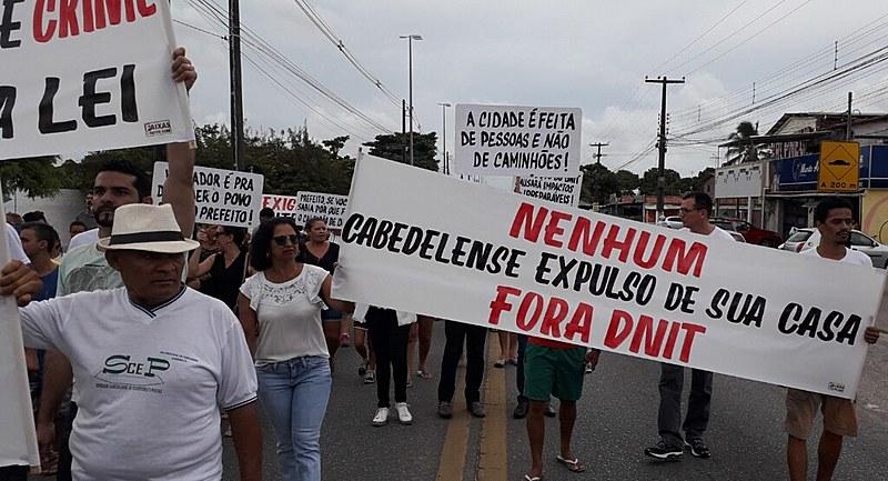 Moradores protestaram em março contra despejos que começaram a ser feitos pelo DNIT sem nenhum diálogo.