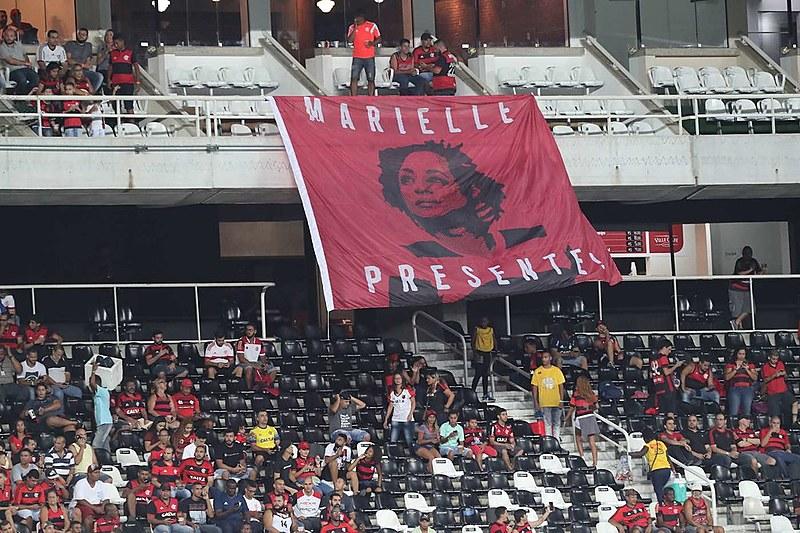 Diversas torcidas se manifestaram recentemente em solidariedade à Marielle Franco e contra a prisão do presidente Lula