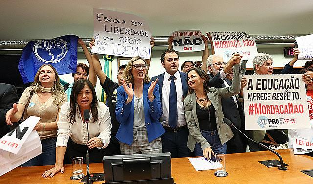 """Deputados e professores durante comemoração após anúncio do fim da comissão do PL """"Escola sem Partido"""""""