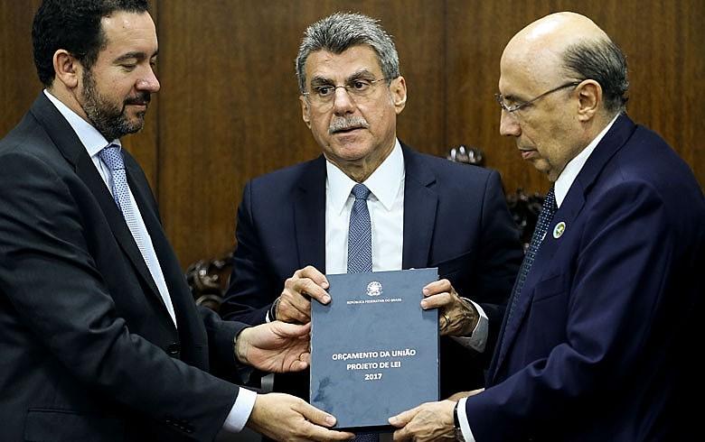 Os ministros do Planejamento, Dyogo Oliveira e da Fazenda, Henrique Meirelles, entregam Orçamento da União 2017 ao 2º vice-presidente do Congresso, senador Romero Jucá.