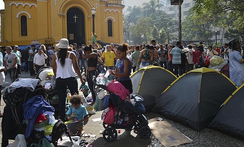 Desabrigados do prédio que desabou no Largo do Paissandu acampam em frente a Igreja Nossa Senhora do Rosário dos Homens Pretos