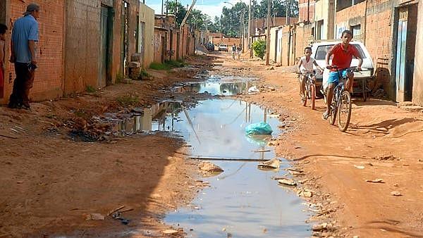 Saneamento básico universal ainda é desafio no Brasil; país tem mais de 100 milhões de pessoas sem coleta de esgoto