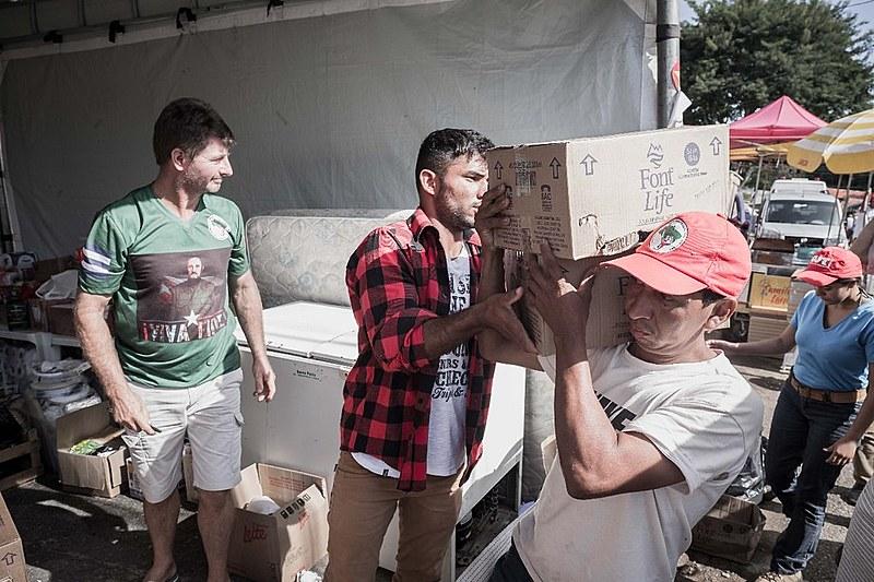 Acampados montaram uma tenda para recebimento de materiais de higiene e alimentos não perecíveis
