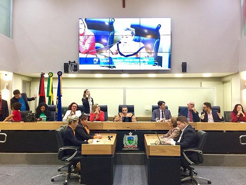 Tribuna da AL - PB com parlamentares e defensores(as)