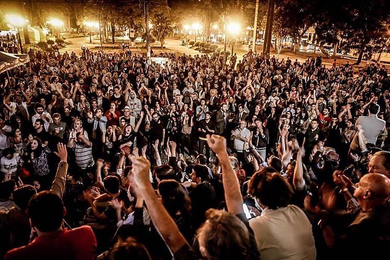 """Lançamento do movimento """"Advogados pela Democracia"""", em março de 2016, reuniu milhares de pessoas na Praça Santos Andrade e no Salão Nobre da Faculdade de Direito da Universidade Federal do Paraná (UFPR)"""