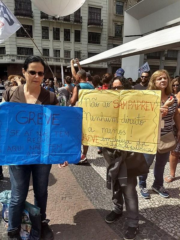 Professores estão em greve desde o dia 8 de março contra a medida. Novo ato deve ser realizado amanhã (23)
