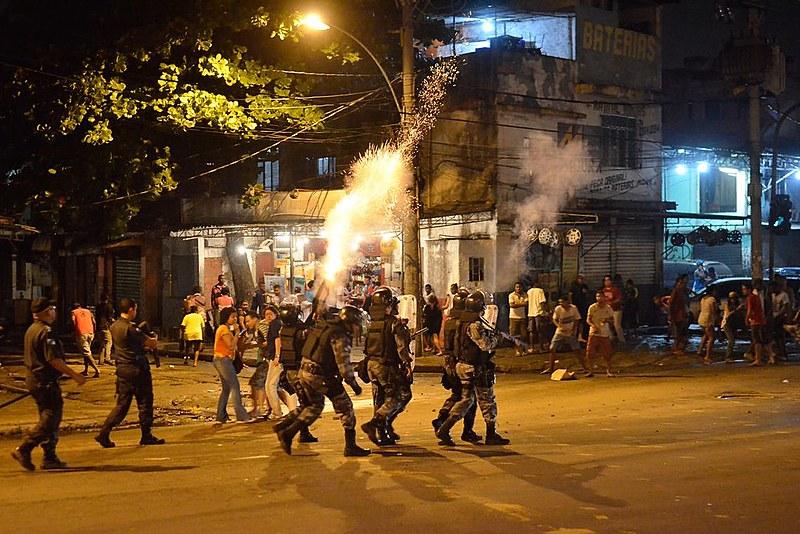 Polícia e manifestantes entram em confronto durante protesto contra a desocupação e demolição de imóveis na Favela do Metrô-Mangueira (RJ)