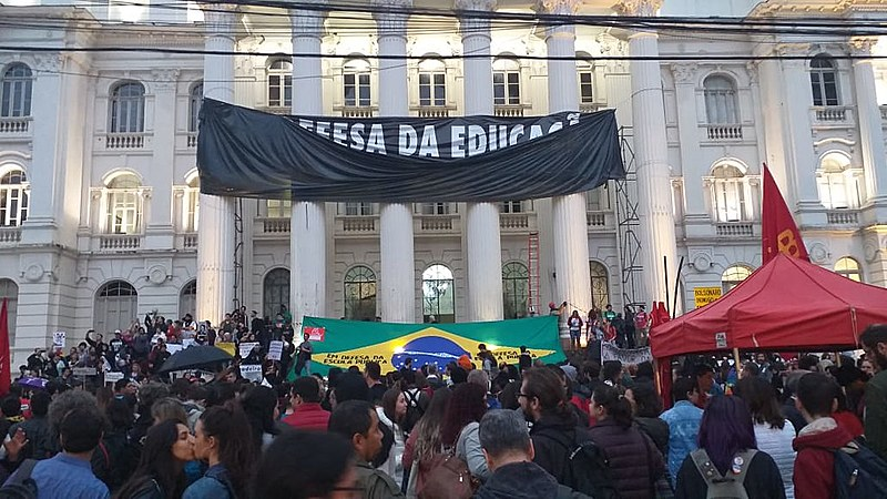 Manifestantes colocam faixa em apoio a educação na Universidade Federal do Paraná (UFPR), retirada nos atos pró governo