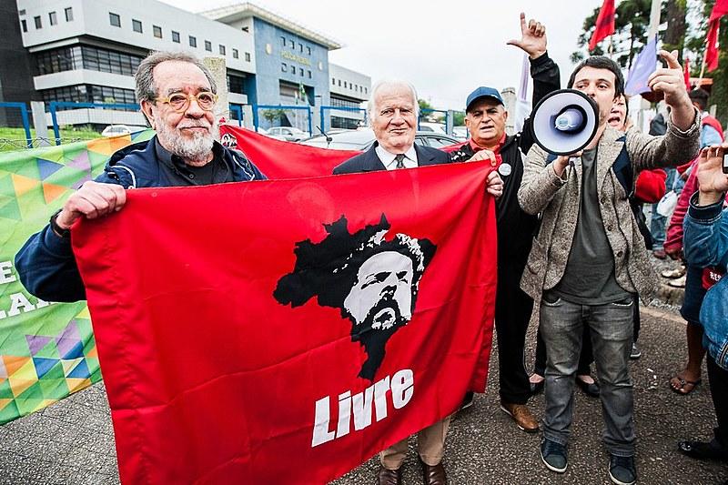 Fernando Morais e Mino Carta em frente à sede da PF em Curitiba, após terem visita proibida ao ex-presidente Lula