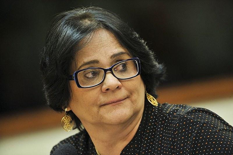 A ministra Damares Alves diz que apenas cumpre determinação de Bolsonaro