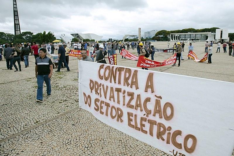 Trabalhadores do setor elétrico protestam contra possível venda da Eletrobras, em Brasília - 12/01/2016- Brasília (DF)