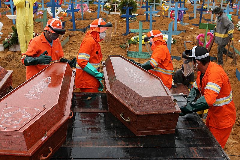 Caixões sendo descarregados para serem enterrados no cemitério de Nossa Senhora em Manaus, no Amazonas, em 6 de maio de 2020