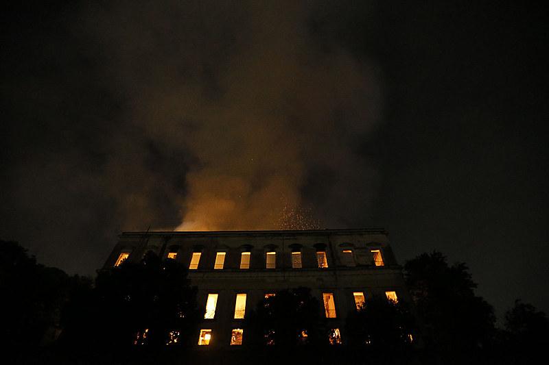 Incêndio começou ontem (2) e atinge acervo histórico de mais de 20 milhões de itens