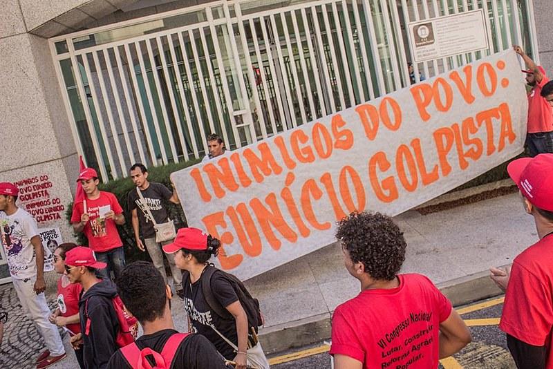 """""""Eunício Oliveira, junto a Michel Temer, é um dos nossos principais inimigos no Senado Brasileiro"""", disse jovem"""