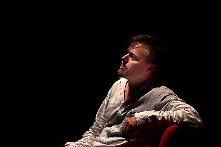 Milo Rau é um diretor de teatro suíço reconhecido em todo o mundo por seu talento e preocupação social
