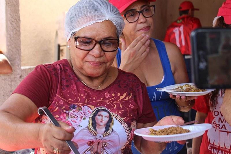 Cozinheira visitou Acampamento Lula Livre, em Curitiba, nesta quarta-feira