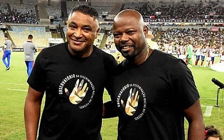 Antes do jogo, Roger e Marcão (técnico do Fluminense) posam com a camisa do Observatório da Discriminação Racial no Futebol