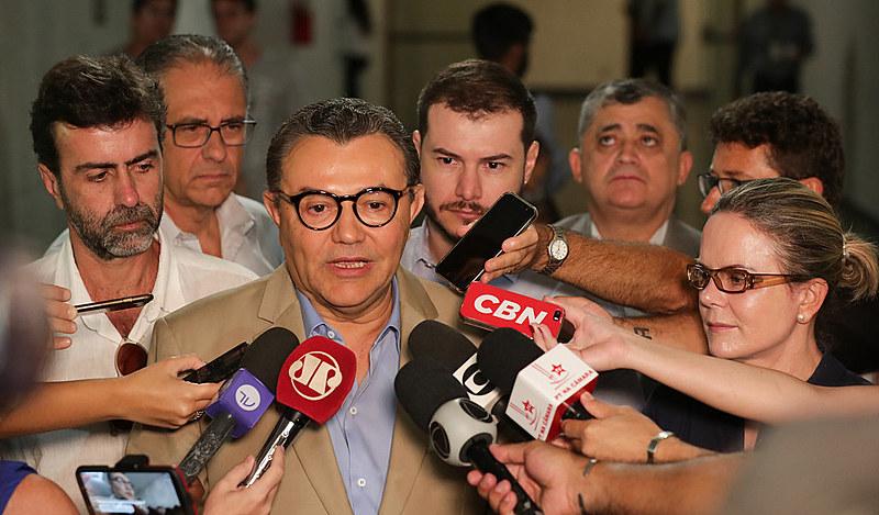 Lideranças dos partidos PSB, PT e Psol durante coletiva de imprensa na Câmara dos Deputados nesta terça-feira (22)