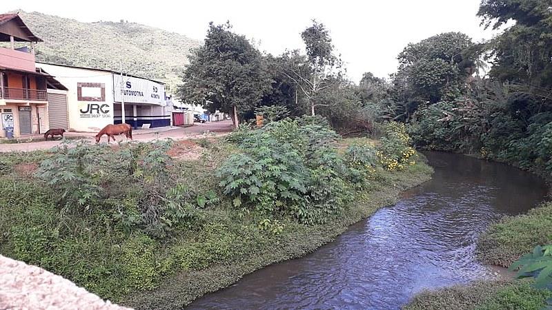 Caso a barragem se rompa, o Rio São João, que passa pela cidade, inclusive pelo centro comercial, é possível rota da lama tóxica
