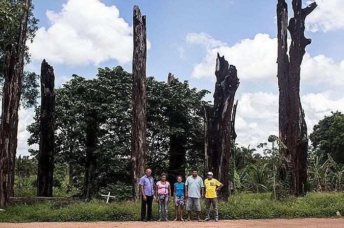 Sobreviventes em frente ao Monumento das Castanheiras foram levadas ao exato local do massacre, na Curva do S