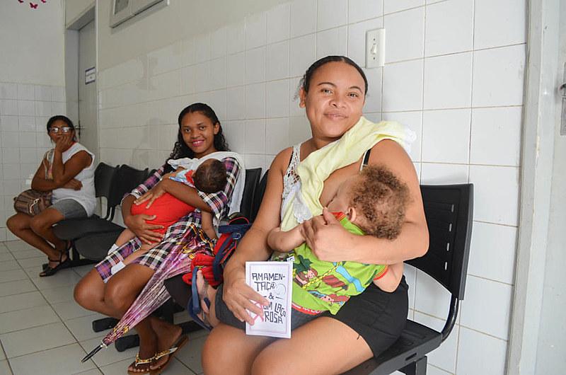 Luiza Alves, 28, amamenta o filho enquanto aguarda atendimento