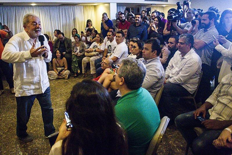 Cerca de 40 médicas e médicos participaram de reunião com o ex-presidente durante sua passagem por Recife (PE), na Caravana Lula pelo Brasil